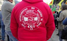 CGT Aktivist mit Slogan